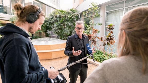 Interviewsituation - Ein Mann spricht.