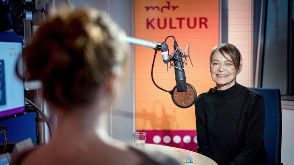 Gäste im Studio während Gesprächen mit Moderatoren.