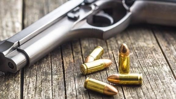 Eine Pistole und Munition liegen auf dem Tisch