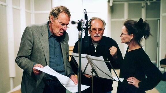 """Walter Niklaus (Mitte) bei der Hörspielproduktion """"Die Papst in"""" im MDR Hörspielstudio mit Angelica Domröse und Thomas Holtzmann (2000)"""