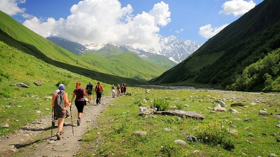 Eine Wandergruppe durchquert ein Tal