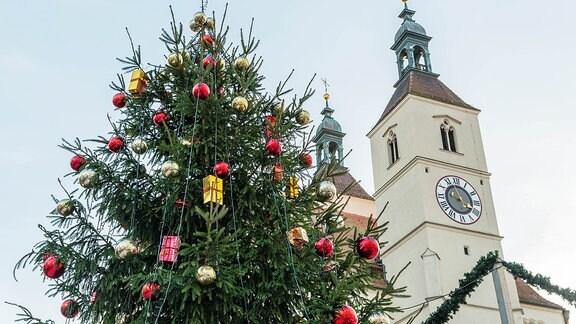 Weihnachtsbaum auf dem Weihnachtsmarkt