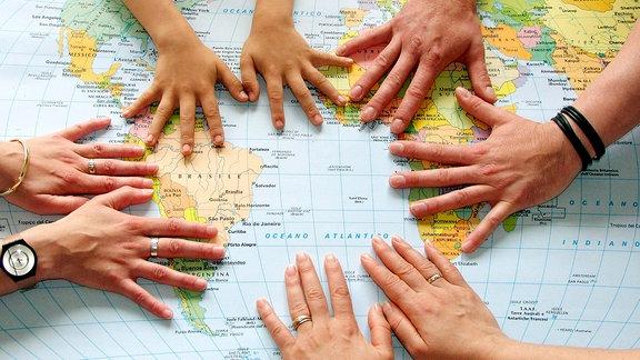 Weltkarte mit Händen