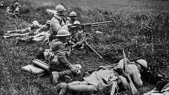Französische und britische Soldaten erwarten den Feind.
