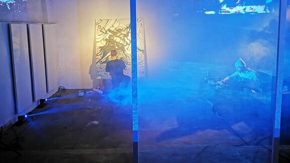 Der Maler Merlin Rainer arbeitet an einer Lichtinstallation