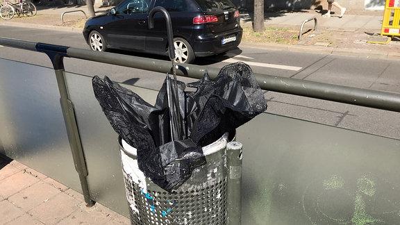 WGT-Schirm in einem Mülleimer