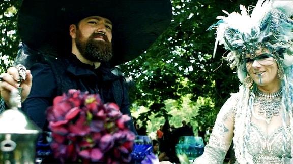 Ein Paar beim Viktorianischen Picknick in Leipzig