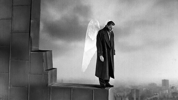 """Bruno Ganz als Damiel in einer Szene des Films """"Der Himmel über Berlin"""" (undatierte Filmszene). Der Film kommt am 12.04.2018 in die deutschen Kinos."""