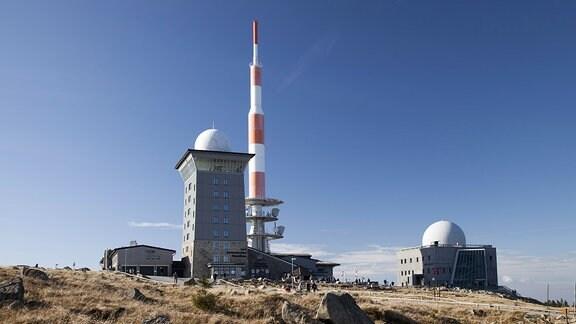 Herberge und Antennenmast am Gipfelplateau