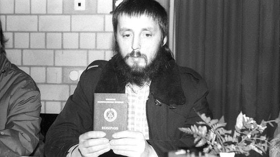 Wolfgang Templin während einer Pressekonferenz im Februar 1988 in Bielefeld nach dessen Ausweisung aus der DDR