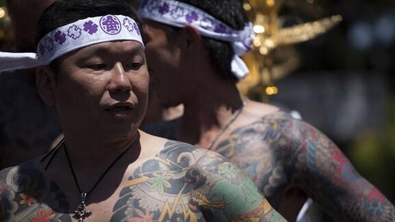 Ein Mitglied der Yakuza zeigt seine Tätowierungen während des Sanja-Matsuri-Festivals