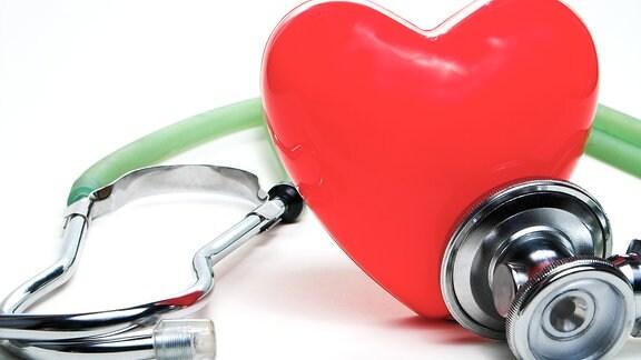 Themenbild Herzinfarkt: Ein Stethoskop und ein Plastikherz.