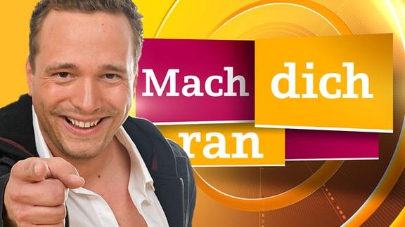 "Mario D. Richardt vor dem ""Mach dich ran""-Logo"