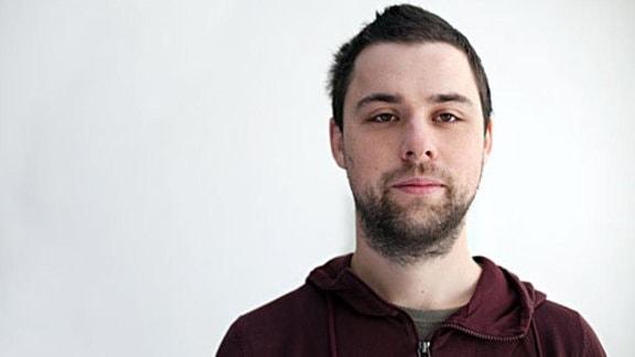 Junger Mann mit dunklem Bart