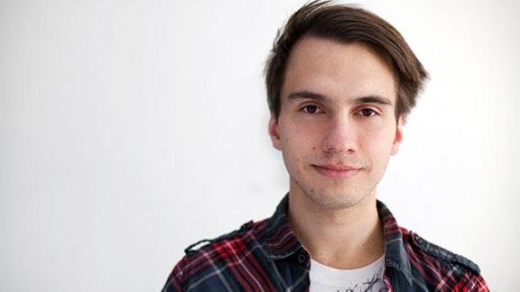 Junger Mann mit Seitenscheitel