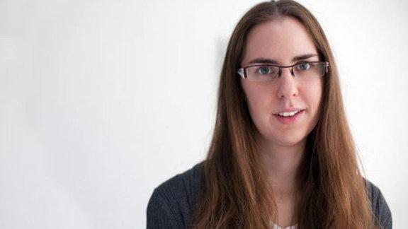 Junge Frau mit langem Haar und Brille