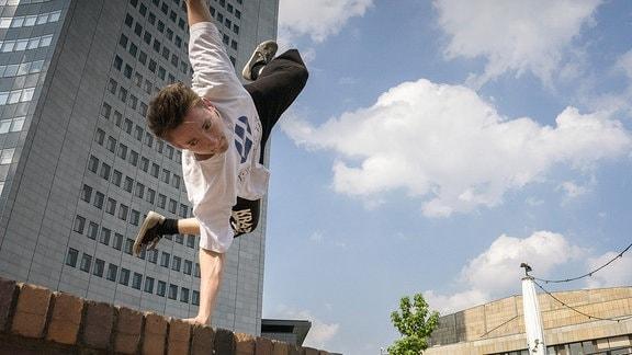 Parkour-Sportler in Leipzig in Aktion
