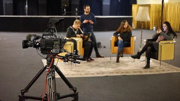 Allgemeiner Aufbau vor der Sendung, Kameras werden bereit gemacht, Requisiten platziert und das Licht wird gesetzt.