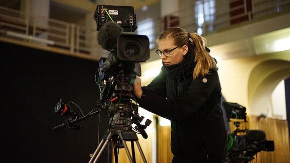 Isabell Ratzke, Kameraassistentin, macht die Kamera drehfertig.