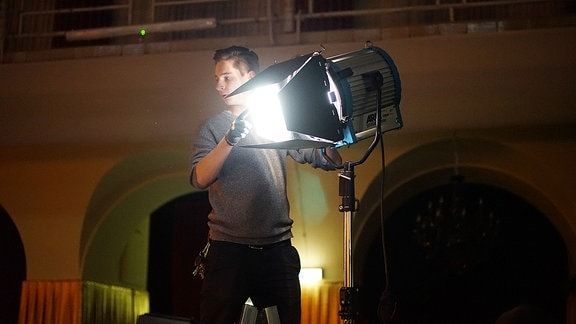 Robert Barniek, Beleuchter, richtet das Licht für die Aufzeichnung der Sendung ein. Die Sendung selbst findet unter Live-Bedingungen statt.