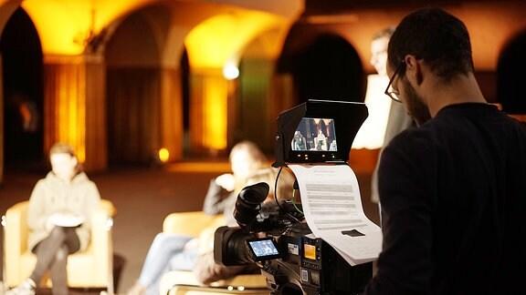 Kameramann Clemens Böcking richtet im Vorfeld der Sendung sein Bild ein.