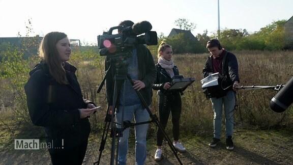 Junge Menschen produzieren einen TV-Beitrag.