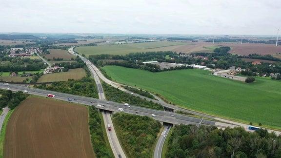 Luftaufnahme eines Autobahndreiecks.
