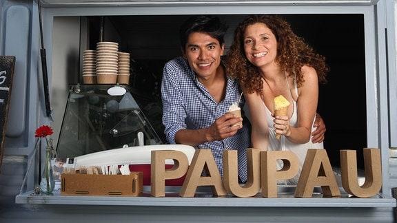 Pau-Pau-Eis an der Ecke Schönfelder Straße, Talstraße. Die beiden Inhaber Armando Reyes, Vanessa Bravo.