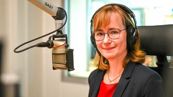 Spitzenkandidatin der Linken für die Landtagswahl in Sachsen-Anhalt Eva von Angern im Radiostudio von MDR AKTUELL
