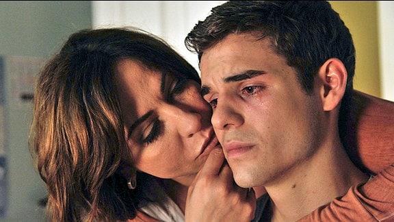 Katharina (Simone Thomalla) versucht ihren Sohn Sebastian (Lucas Reiber) zu trösten
