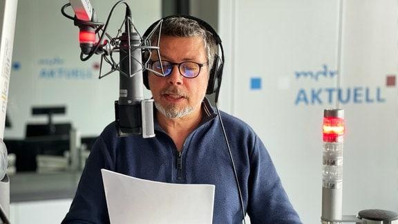 Nachrichtensprecher Mirko Jugelt im Studio des Nachrichtenradios MDR AKTUELL.
