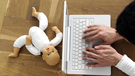 Mann mit Laptop, Puppe