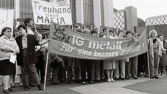 Besetzung der Treuhand Niederlassung in Suhl, Thüringen, Demonstration in Suhl, aufgenommen am 01.07.1991.