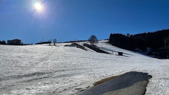 Verschneiter Skihang im Erzgebirge