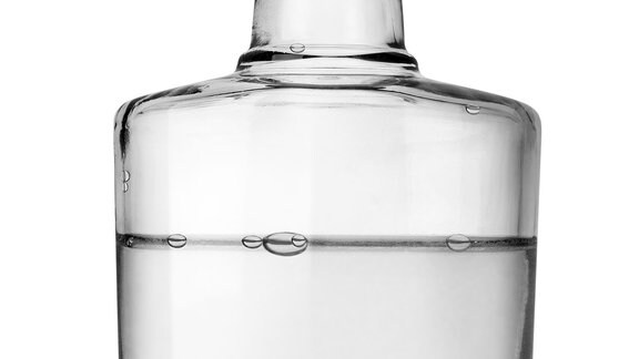 Flasche mit klarer Flüssigkeit