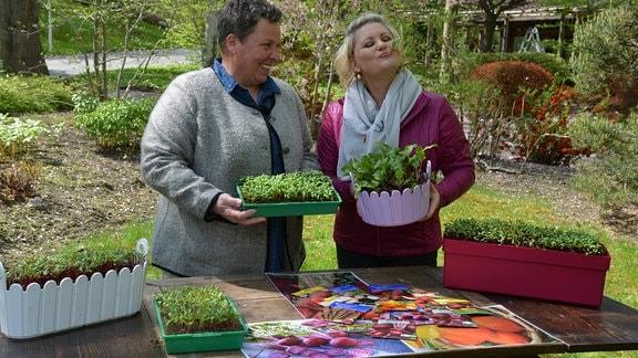 Moderatorin Diana Fritzsche-Grimmig spricht mit Gemüseexpertin Hanna Strotmeier über Beete. Sie hat ein Beete Blatt im Mund und kostet es.
