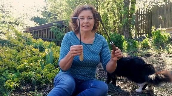 Gartenfachberaterin Brigitte Goss zeigt Werkzeuge für die Unkrautentfernung
