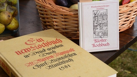 alte Kochbücher liegen auf einem Tisch