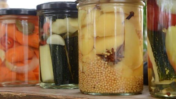 Verschiedene Gläser mit eingewecktem Obst und Gemüse