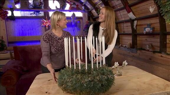 Diana und MDR Gartenfloristin Christina Müglich beim Basteln eines Adventskranzes