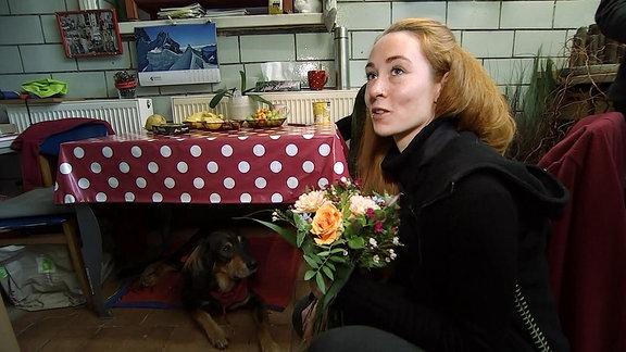 Eine junge Frau mit einem Blumenstrauß
