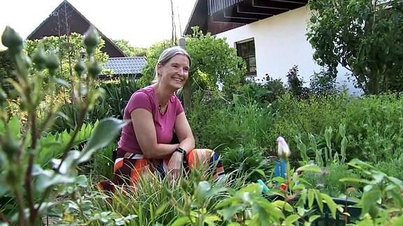 Susanne Kasten in einem Beet