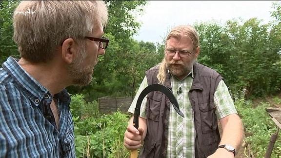 Zwei Menschen unterhalten sich über ein Werkzeug (Sauzahn)