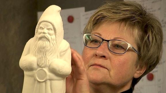 Evelyn Forkel mit einer Pappmaché-Figur