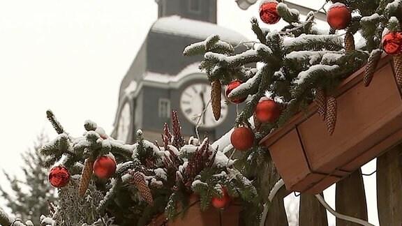 Glaskugeln und Kirche in Lauscha