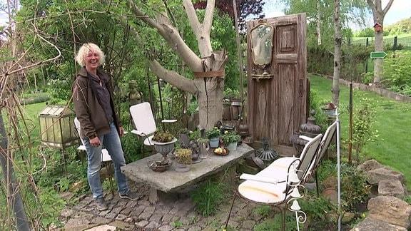 Frau in Garten mit Kunst