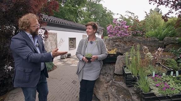 Jens Haentzschel im Gespräch mit einer Frau