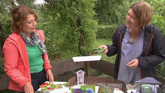 Zwei Frauen in einem Garten