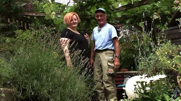 Ein Mann neben einer Frau in einem Garten