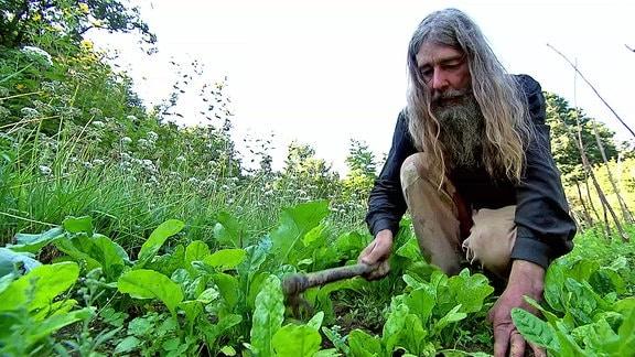 Ein Mann beim Gärtnern